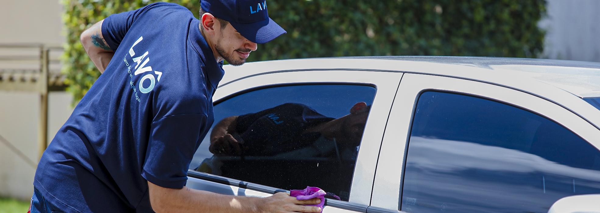 parceiro lavando carro